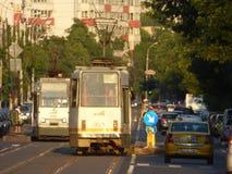 BOEKAREST - JUNI 24: Tramsporen in zwaar verkeer op 24 Juni, 2017 in Boekarest, Roemenië Royalty-vrije Stock Foto's