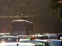 BOEKAREST - JUNI 24: Tramsporen in zwaar verkeer op 24 Juni, 2017 in Boekarest, Roemenië Stock Foto
