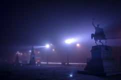 Boekarest in mist bij nacht Royalty-vrije Stock Foto's