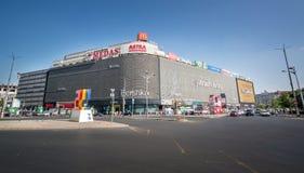 Boekarest, Roemenië - Augustus 27, 2014: Unireawinkelcentrum binnen Stock Foto