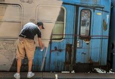Boekarest, Roemenië - Juni 29, 2013:  Een jonge graffitikunstenaar dur royalty-vrije stock afbeelding