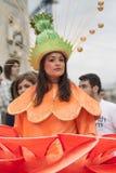 Boekarest, Roemenië - Mei 30, 2014: De vrouwelijke dansers in exotische kleurrijke Carnaval-kostuums stellen de Reuzebloemen voor Stock Foto