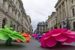 Boekarest, Roemenië - Mei 30, 2014: De vrouwelijke dansers in exotische kleurrijke Carnaval-kostuums stellen de Reuzebloemen voor Stock Afbeelding