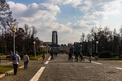 Boekarest, Roemenië - 2019 Mensen bij de ingang van Carol Park in Boekarest, Roemenië stock foto