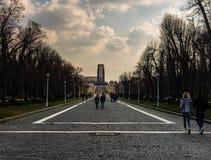 Boekarest, Roemenië - 2019 Mensen bij de ingang van Carol Park in Boekarest, Roemenië royalty-vrije stock foto's