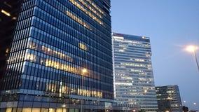 Boekarest 's nachts - bureaugebouwen in Pipera-district stock foto