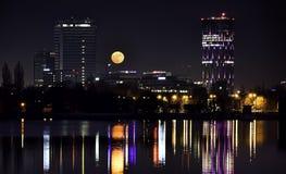 BOEKAREST SKYTOWER Roemenië 's nachts van Herastrau-Meer Royalty-vrije Stock Afbeeldingen