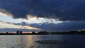 Boekarest timelapse, het Meer van Roemenië Herastrau bij zonsondergang stock videobeelden
