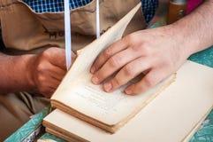 boekbinden Mannelijke arbeiders bindende pagina's Stock Fotografie