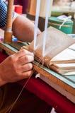 boekbinden Mannelijke arbeiders bindende pagina's Stock Afbeeldingen