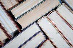 Boekboek met harde kaft op houten lijst Stock Fotografie