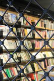 Boeken achter kettingen stock fotografie