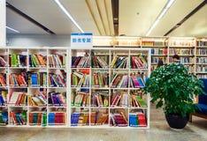 Boeken in bibliotheek, boekenrek in bibliotheek Royalty-vrije Stock Afbeelding