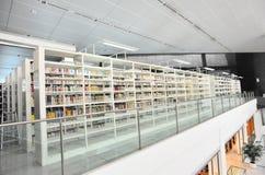 Boeken bij bibliotheek Stock Afbeeldingen