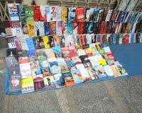 Boeken bij streetside worden verkocht die Stock Foto's