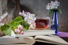 Boeken, bloemen en kop thee stock afbeeldingen
