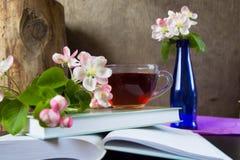 Boeken, bloemen en kop thee Stock Foto