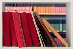 Boeken in boekenkast royalty-vrije stock afbeelding