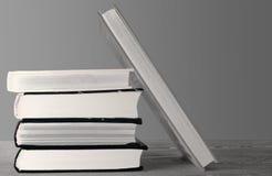 Boeken bovenop elkaar worden gestapeld die royalty-vrije stock afbeeldingen