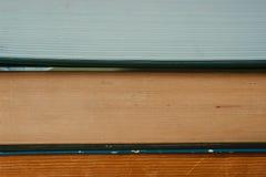 Boeken bovenop elkaar worden gestapeld die stock foto