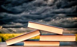 Boeken bovenop elkaar worden gestapeld die stock foto's