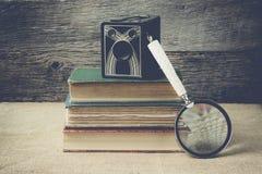 Boeken, camera, en vergrootglas op retro achtergrond met Ins Royalty-vrije Stock Foto's