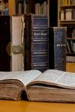 Boeken in de bibliotheek Stock Foto
