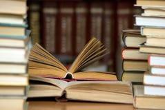 Boeken in de bibliotheek. Stock Foto's