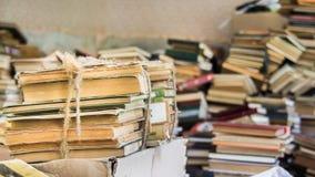 Boeken die in onzorgvuldige stapel worden verspreid stock afbeeldingen