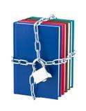 Boeken die op hangslot en ketting worden gesloten. Stock Foto