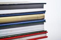 Boeken die op witte achtergrond worden geïsoleerdh Royalty-vrije Stock Afbeeldingen