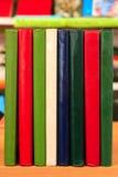 Boeken die zich op een rij op de lijst bevinden Handboeken voor onderwijs Royalty-vrije Stock Afbeelding