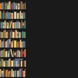 Boeken die zich op een rij op een donkere achtergrond bevinden Stock Foto