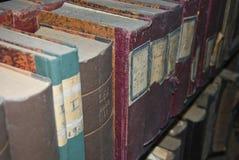 Boeken in een bibliotheek stock foto