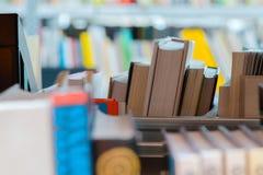 Boeken in een boekenplank in de bibliotheek Selectie die van literatuur, voor examens voorbereidingen treffen stock foto