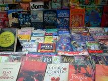 Boeken in een boekhandel Stock Foto's