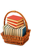 Boeken in een mand op de geïsoleerde witte achtergrond Royalty-vrije Stock Fotografie