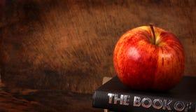 Boeken en appel royalty-vrije stock afbeelding