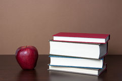 Boeken en Apple Royalty-vrije Stock Fotografie