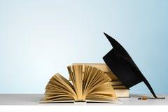 Boeken en baret stock afbeeldingen