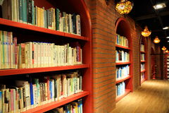Boeken en boekenrekken in bibliotheek Royalty-vrije Stock Foto's