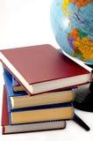 Boeken en de bol op een witte achtergrond Stock Afbeelding