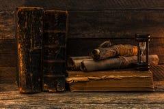 Boeken en documenten de antiquiteit, zandloper ligt op de oude versleten raad royalty-vrije stock foto's
