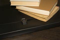 Boeken en een zwarte omslag op de lijst royalty-vrije stock foto
