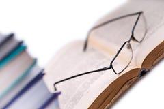 Boeken en glazen 4 royalty-vrije stock afbeelding