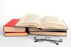 Boeken en glazen Stock Fotografie