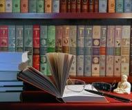 Boeken en glazen stock afbeelding