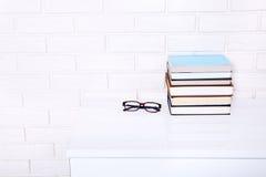 Boeken en glazen op de lijst Hoogste mening en selectieve nadruk Royalty-vrije Stock Afbeelding
