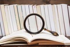 Boeken en het vergrootglas royalty-vrije stock afbeelding