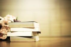 Boeken en hoogste licht op uitstekende toon stock fotografie